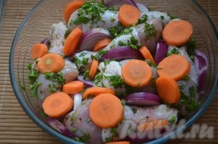Лук нарезать крупными дольками, морковь кольцами. Выложить курицу в смазанную маслом форму, сверху разложить лук и морковь.