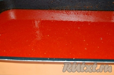 Затем взять противень с высокими бортиками и перелить в него всю помидорную мякоть.