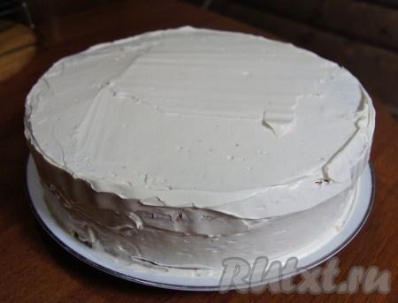 Обмазываем кремом торт со всех сторон.