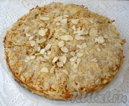 Выпекать насыпной яблочный пирог в разогретой до 180 градусов духовке 40-50 минут до золотистой корочки. Готовый пирог остудить в форме, посыпать миндалем. Разрезать пирог рекомендую полностью остывшим.
