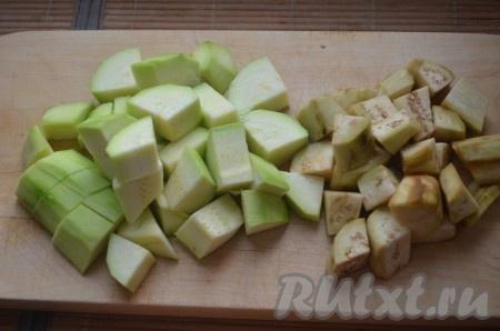 Кабачок и баклажан очистить от кожуры, порезать средними кубиками. Обжарить на оливковом масле 5-7 минут.