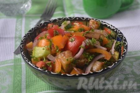 Перемешать все ингредиенты вместе, посолить и поперчить по вкусу. Дать настояться 10-15 минут и наш овощной салат с кабачками и баклажанами готов.