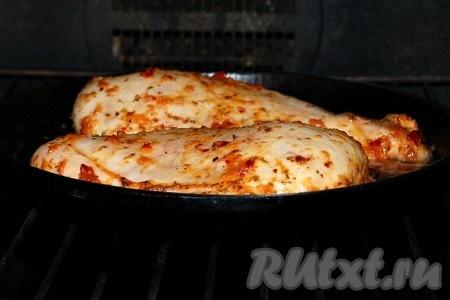 И отправить маринованную куриную грудку запекаться в заранее нагретую до 200 градусов духовку на 35 минут.