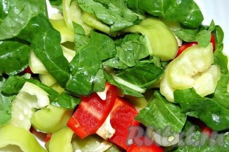 Перцы и листовой салат нарезать средними кусочками.
