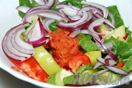 Нарезанные овощи переложить в миску, туда же добавить нарезанный репчатый лук и маринад, оставшийся от маринования куриных грудок.