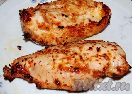 Выложить запеченную маринованную куриную грудку на блюдо.