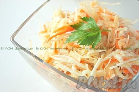 Витаминный салат из капусты с морковью и уксусом готов. Приятного аппетита! Кушайте с удовольствием!