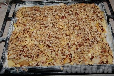 Орехи смешать с сахаром и посыпать верх пирога.