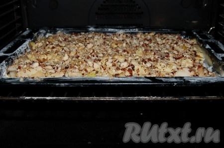 Отправить противень с пирогом в заранее нагретую до 200 градусов духовку.