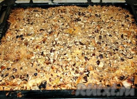 Примерно через 30 минут достаем наш сочный пирог из духовки. Готовность пирога с яблоками и грушами обязательно проверяем лучинкой (или зубочисткой). Если она сухая, пирог готов.