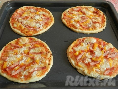 Запекать мини пиццы из слоеного теста в разогретой духовке при 190-200 градусах 15-18 минут. Готовые мини пиццы посыпать тертым пармезаном.