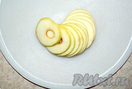 Затем яблоки нарезать. Для нарезки можно использовать острый нож или ломтерезку. Стараться, чтобы ломтики были одинаковой толщины.