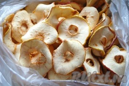 Примерно через 6-8 часов яблоки будут готовы. Можно вытащить их из духовки и разложить по пакетам.