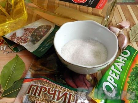 Приготовить масло, уксус, соль, сахар, специи для маринада.