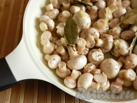 Грибы выложить в глубокую сковороду или сотейник, добавить все ингредиенты для маринада, выдавить чеснок, перемешать. Накрыть крышкой и поставить на средний огонь.
