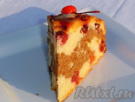 """Украшаем коктейльными вишнями. А вот как выглядит пирог """"День-ночь"""" в разрезе."""