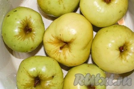 Подготовленные яблоки уложить в  эмалированную кастрюлю, стараясь укладывать как можно плотнее, хвостиками вверх.