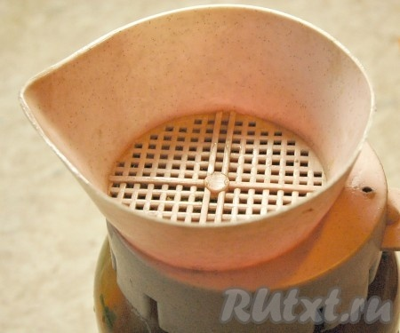 Залить помидоры кипятком, дать постоять 30 минут, затем воду слить.