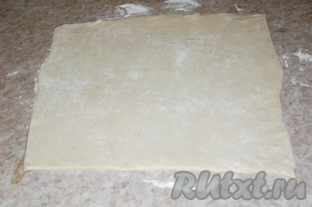 Разморозить готовое слоеное тесто. Раскатать в пласт квадратной формы.