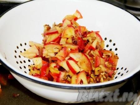 Когда яблоки дойдут, выключаем газ и даем им остыть. Яблоки откидываем на сито и даем стечь лишней жидкости.