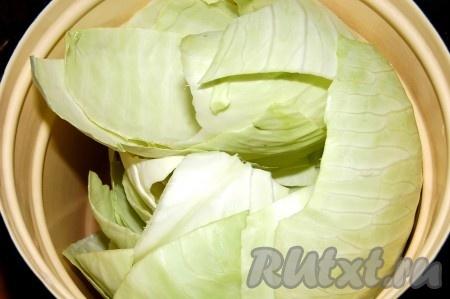 Уложить капустные листья в кастрюлю, залить горячей водой, довести до кипения и проварить 5 минут, пока листья не станут мягкими.