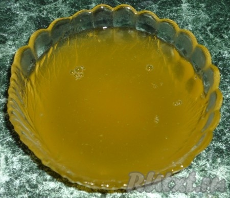 Еще необходимый этап приготовления пахлавы - это поливание пахлавы горячим медовым сиропом. Сироп готовится просто - смешаем мед с горячей водой.