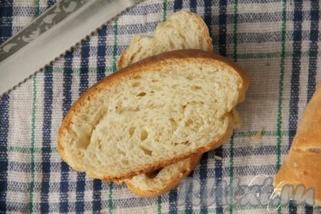 На дно духовки поместить кастрюльку с водой. На верхний противень разместить наш простой домашний хлеб. Выпекать с паром (который даст кастрюля с водой) 25 минут при температуре 220 градусов.