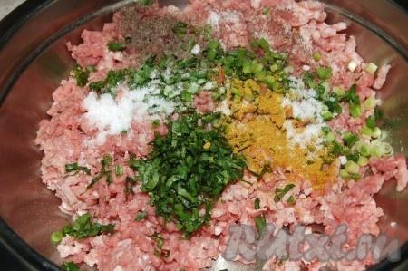 Добавить в фарш мелко нарезанные зеленый лук, кинзу, соль, карри и черный молотый перец.