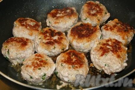 Взять сковороду и в раскаленное растительное масло опускать котлетки из свиного фарша. Жарить с каждой стороны по 10 минут. Последние 5 минут можно накрыть сковороду крышкой.