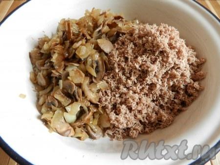Отварное мясо пропустить через мясорубку или блендер, смешать с обжаренными грибами с луком. Если начинка кажется вам слишком сухой, можно добавить 1 столовую ложку сметаны.