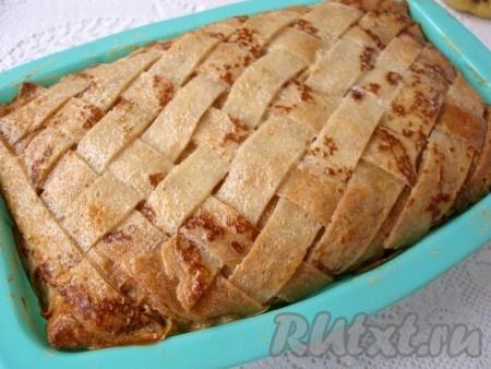 Готовый блинный пирог с грибами и мясом немного остудить в форме.