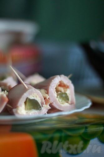 Рулетики с солеными огурчиками украсят зимний праздничный стол, повседневный завтрак и будут приятной закуской на пикнике.
