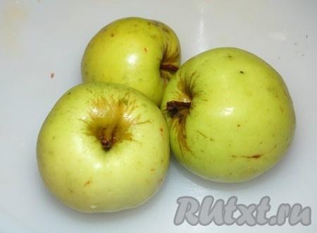 Яблоки очистить от кожуры, натереть на крупной терке и выложить ими следующий слой. Смазать майонезом.