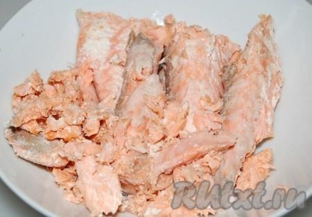 Рыбу отварить. Для этого налить в кастрюлю воду, довести ее до кипения, посолить и опустить лосося. Через 10 минут лосось будет готов. Вытащить рыбу из бульона и остудить.