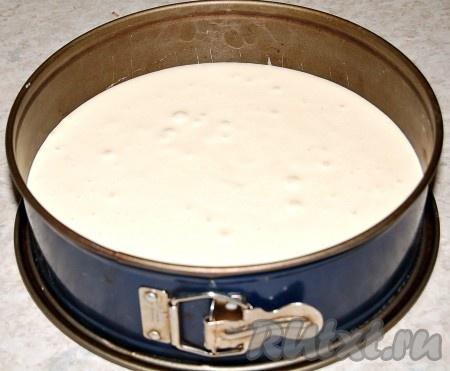 Полученную массу перелить в форму для торта и отправить в заранее нагретую до 180 градусов духовку на 25-30 минут.
