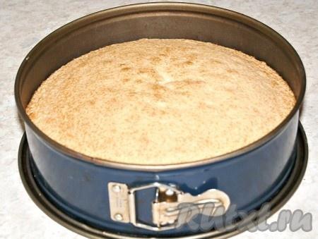 Проверить готовность коржа лучинкой или зубочисткой. Если лучинка будет сухая, вытащить форму из духовки.