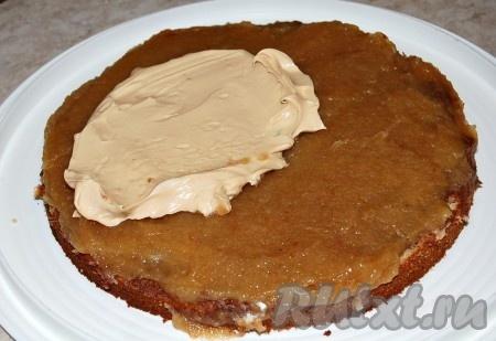 Поверх нутеллы положить повидло из яблок, а затем слой крема.