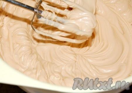 Для получения крема в емкость вылить сливки, взбить их и затем добавлять по одной ложке вареное сгущенное молоко, каждый раз тщательно взбивая.