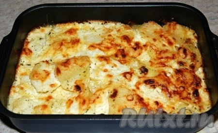 Затем вытащить форму с картофелем из духовки.