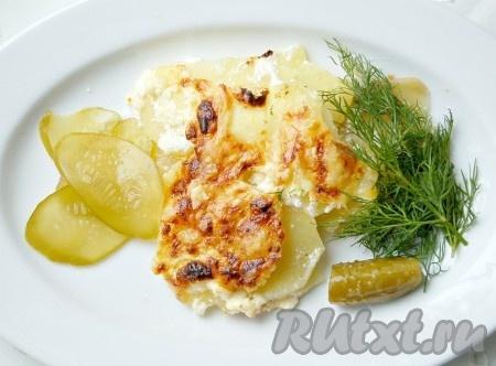И можно раскладывать ароматное блюдо по тарелкам. Есть картофель с сыром и сметаной лучше горячим.