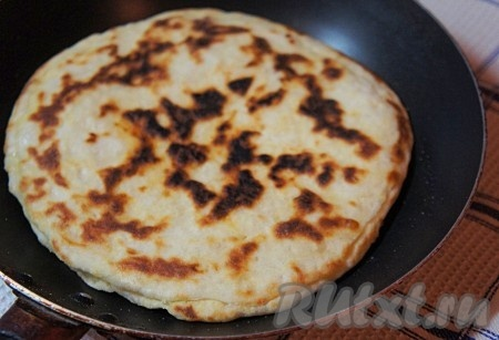 Сковороду смазать растительным маслом с помощью кондитерской кисти и хорошо прокалить. Выложить хачапури, огонь уменьшить, накрыть крышкой и готовить хачапури на медленном огне по 2-3 минуты с каждой стороны.