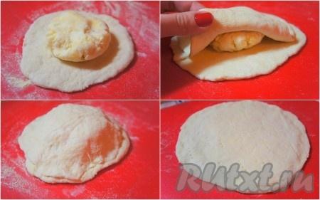 """з каждой части теста раскатать круг. Для одного хачапури понадобится 2 """"круга"""" из теста и один """"шарик"""" сырной начинки. В центр круга положить сырный шарик, немного примять его рукой, накрыть другой половиной теста, края плотно прижать друг к другу, аккуратно раскатать хачапури и сделать несколько наколов вилкой, чтобы тесто не вздувалось при готовке."""
