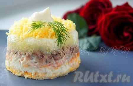 """Подавать салат """"Мимоза"""" охлаждённым, украсив тертым сыром и/или желтками и зеленью."""