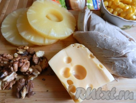 Грецкие орехи поджарить на сухой сковороде и крупно порубить или покрошить руками. Куриное филе отварить в подсоленной воде до готовности.