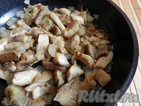 Грибы и лук обжарить на сковороде, отставить в сторону.