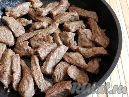 Обжарить говядину до румяной корочки, влить воду или бульон, уменьшить огонь и готовить под крышкой до мягкости 30-40 минут (в зависимости от качества мяса).
