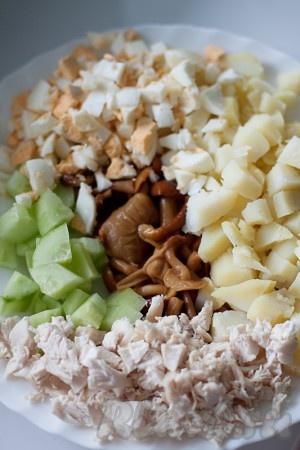 Отварите картофель, куриное мясо, яйца. Нарежьте кубиками огурец, картофель, куриное мясо, яйца. Маринованные грибы слегка промойте, обсушите и, если они большого размера, чуть-чуть измельчите.