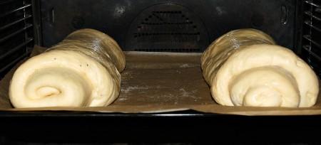 Отправить рулет с грецкими орехами и рулет с маком в заранее нагретую до 200 градусов духовку на 30-40 минут.