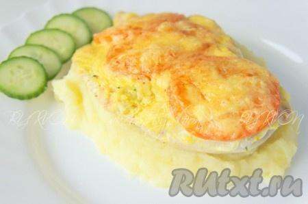 Подавать куриные грудки с сыром и помидорами с вашим любимым гарниром, горячими.