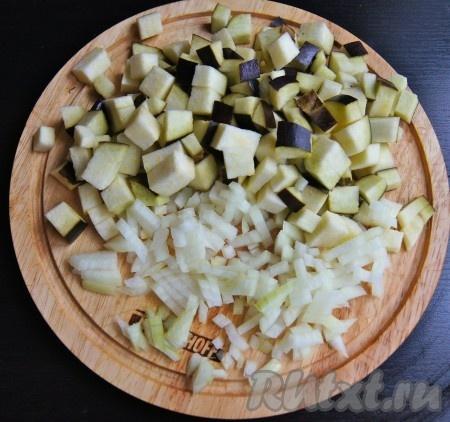 Нарезала баклажан и лук на средние кусочки кожицу с баклажана можете снять, я люблю баклажаны готовить с кожицей).